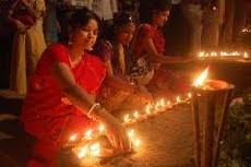 Women light candle at Dipaboli festival_17102009