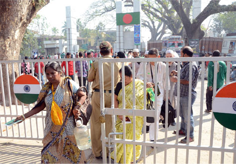 Fiery Islamic Violence is on in Bangladesh. Huge Numbers of Bangladeshi Hindus are coming to Bharat crossing borders. Pic. Kumar Basu at Petrapole Border. Courtsy: Bartaman Patrika.