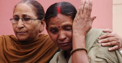 Dalbir Kaur (L), sister of Sarabjit Singh, and Singh's wife Sukhpreet Kaur (R) cry during a press conference in Amritsar on April 27, 2013. — Photo by AFP