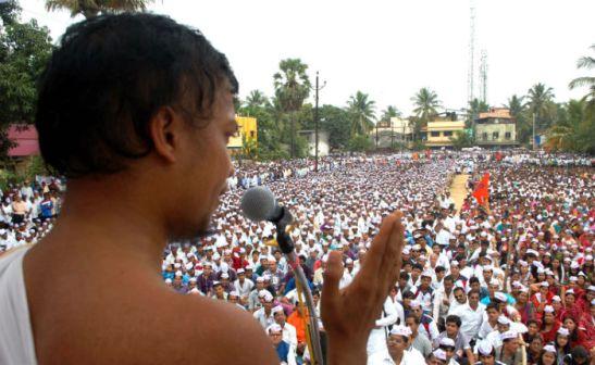 Jain Muni Pujya Vinamrasagarji Maharaj addressing to protesting Hindus