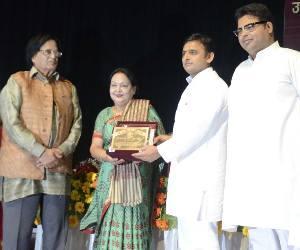 Kishwar Zubin Nasreen is receiving honour plaque from UP CM.