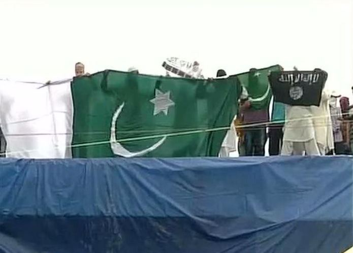 Flags of Pakistan, Islamic State (ISIS) and LeT  were waived in Srinagar, Jammu & Kashmir, on the eve of Eid-ul-Fitr.Twitter/ANI