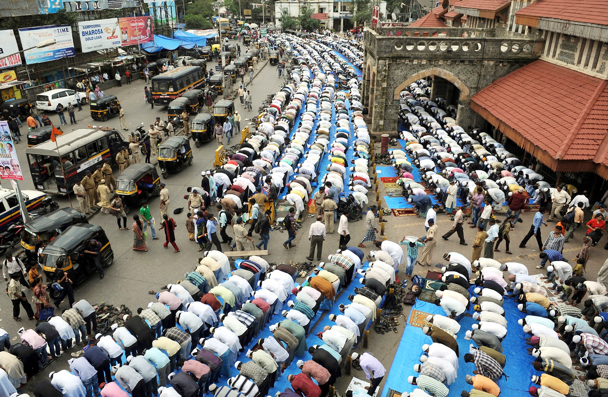 Картинки по запросу indian muslim prayer at streets