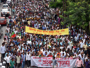 Krishak Mukti Sangram Samiti (KMSS) activists taking out a satyagraha rally towards Raj Bhawan in Guwahati from Sonaram playground on Tuesday, in protest against the Central Government's decision to regularize the entry and stay of non-Muslim immigrants from Bangladesh and Pakistan. (Sentinel)