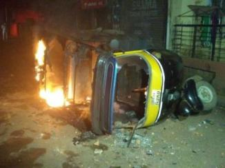 An auto being set ablaze at Belagavi on Tuesday very early morning. Photo: Special Arrangement