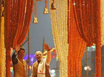 """Japan's Prime Minister Shinzo Abe (L) and his Indian counterpart Narendra Modi wave to the crowd after watching a ritual known as """"Aarti"""" during evening prayers on the banks of the river Ganges at Varanasi, India, December 12, 2015. REUTERS/Danish Siddiqui"""