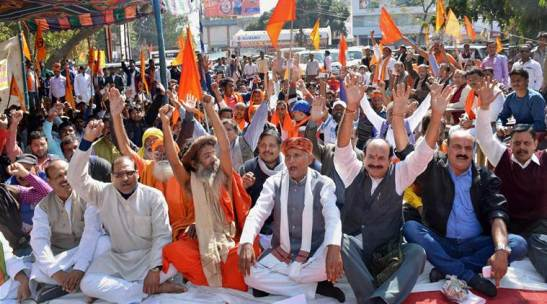 Ranchi : Vishwa Hindu Parishad (VHP) and Bajrang Dal activists stage a dharna near Rajbhawan in Ranchi on Monday. PTI Photo.