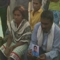 A bereaved father Pappulal showing the pic of Ravi Pal.