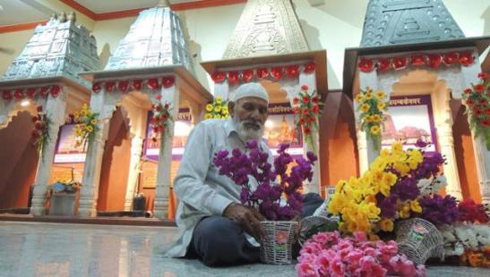Noorul Hasan makes flower arrangements at the Shivalaya temple in Sadar on the eve of Mahashivratri. He will be felicitated by the Lucknow mayor on Monday. (Deepak Gupta/HT Photo)