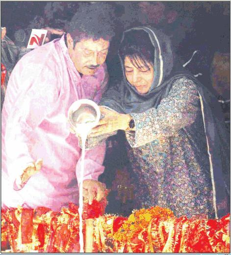 J&K CM Mufti offers Milk and prays to Mata Kheer Bhawani.