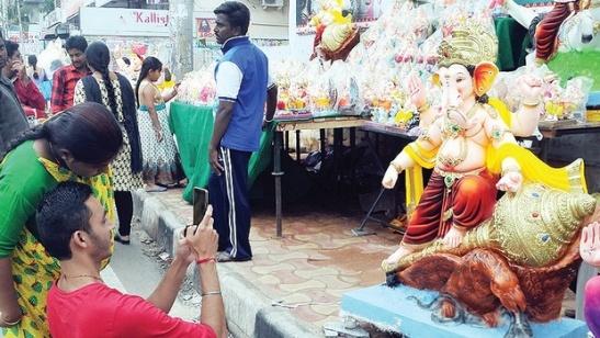 A man clicks a photo of an idol on display. Photo: ENS.