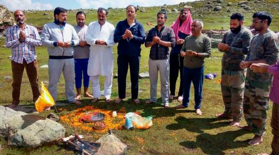 Ganderbal : A group of Kashmiri Pandits performs prayers at the mountainous North East Harmukh Range, 14500 ft above sea level at the conclusion of Annual Harmukh Ganga (Gangbal) Yatra 2016 organised by Harmukh Ganga Gangbal Trust along with All Parties Migrants Coordination Committee (APMCC) in Ganderbal district of Jammu and Kashmir on Monday. PTI Photo (PTI9_12_2016_000089B)