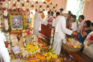 Devotees assembled on Kalpataru Diwas (GarbhaMandir Photographs)@Cossipore Uddan Bati on 01-01-2012.